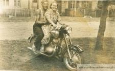 Zofia i Jan Pańczyszyn na motorze - fotografia