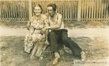 Zofia i Jan Pańczyszyn na pniu ściętego drzewa - fotografia
