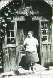 Zofia Pańczyszyn przed dawnym domem rodzinnym w Łuce - fotografia